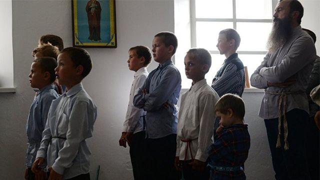 En la Colonia Ofir para manterner las tradiciones rusas centenarias los jóvenes visten ropas extrañas para estos tiempos.