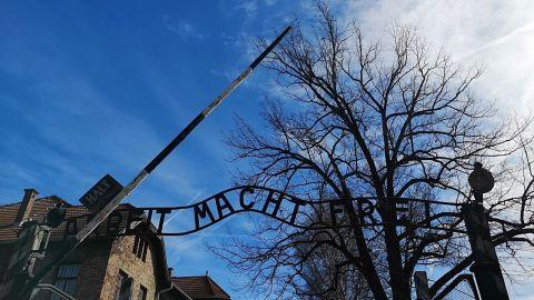 Acceso a uno de los campos de concentración Nazi