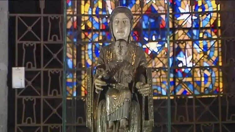 La construcción de Notre Dame d'Orcival comenzó alrededor de 1150 y se completó unos veinte años más tarde. Su edificación está motivada por la presencia de una estatua de la Virgen especialmente venerada y que da lugar a numerosas peregrinaciones a Orcival desde hace siglos. La imagen de María se hizo en el siglo XII en madera cubierta con hojas de plata, y se ubica en el coro del edificio.