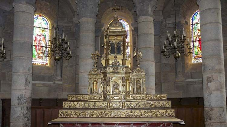 Notre Dame de Saint Saturnin se realiza fines del siglo XII en un sitio que habría sido el de un monasterio construido por el abad Odilon de Cluny, alrededor de 1040. Arte Románico