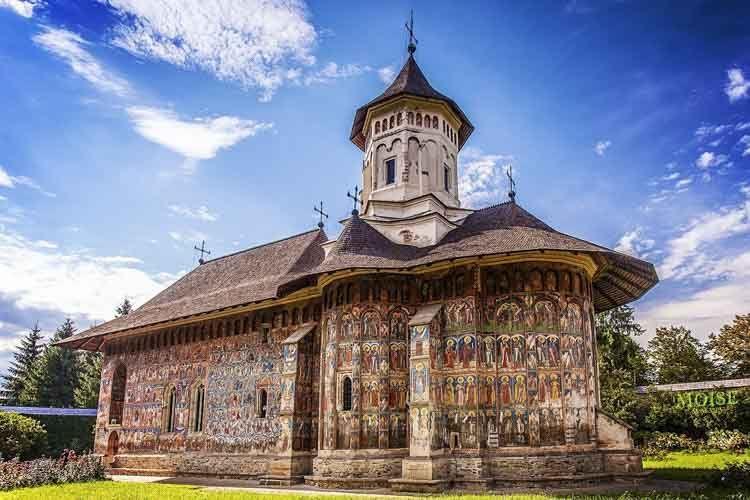 Construido en 1537, el Monasterio de Moldovita se distingue por su planta de construcción trebolada