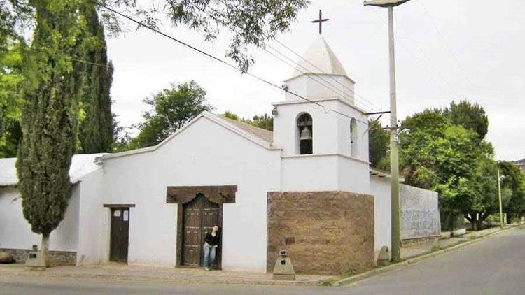 Está casi integrado a la localidad de Chilecito, al otro lado del río Los Sarmientos, por la emblemática Ruta 40 de Argentina.
