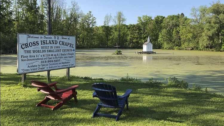 Esta seguramente es la iglesia más pequeña del mundo en medio de un estanque. La pequeña capilla de Cross Island es de color blanco y sobresale desde el medio de los exuberantes alrededores del estanque.