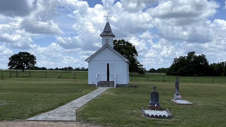Dos tumbas junto a la Iglesia de San Martin - Las iglesias más pequeñas de los Estados Unidos