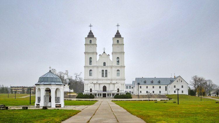 La Basílica de Aglona es uno de los lugares de peregrinación católicos más importantes en Letonia, que reúne a cientos de miles de peregrinos cada año el 15 de agosto, día de la Asunción de la Virgen María.