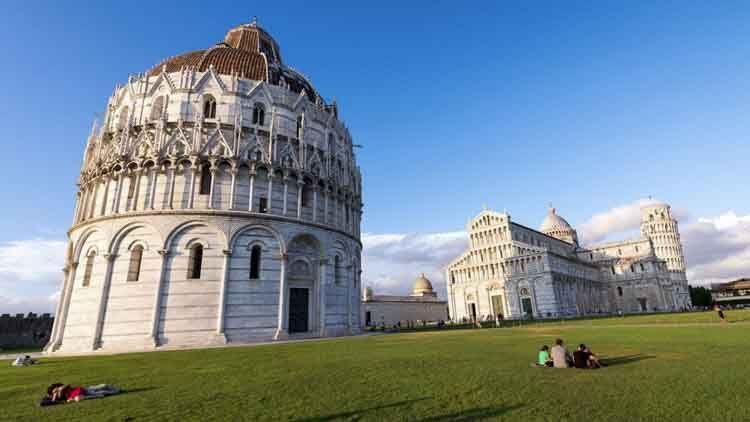 El Baptisterio de San Juan de Pisa (Battistero di San Giovanni) se encuentra frente a la fachada oeste de la Catedral de Pisa, cerca del Camposanto. Su base es de estilo románico de influencias pisanos y lombardas luego góticas desde el segundo piso