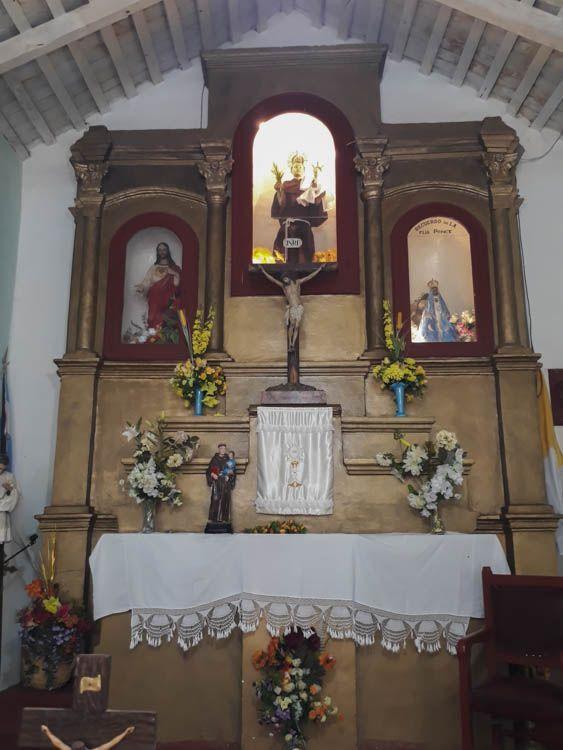Posee un solo retablo construido en madera. Es de tres calles. En el piso superior se observa en una hornacina vidriada la imagen de San Antonio con el niño con una corona de tres puntas. El Niño visitó a San Antonio cuando era fraile y se encontraba rezando solo en su habitación.