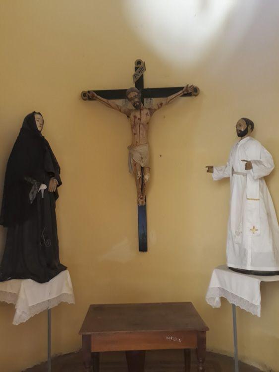 Sobre la pared derecha del recinto, cercana al pórtico de acceso se encuentra el Altar de la Crucifixión. Tres imágenes compones el cuadro, es posible que sean del siglo XVIII por las características que posee. Representan, una de ellas a Nuestra Señora de los Dolores. Turismo Religioso en Catamarca