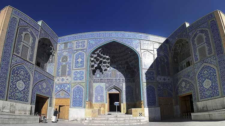 Lo que hace que esta mezquita sea única y arquitectónicamente inusual en el mundo islámico, es su falta de minaretes y patios. Construido en el siglo XVII bajo el reinado de Shah Abbas I, la mezquita cuenta con una cúpula descentrada. Los característicos azulejos azules y turquesas de Isfahán se hacen evidentes alrededor de la cima de la cúpula. El interior está diseñado profesionalmente como una cola de pavo real. Mezquitas iranies