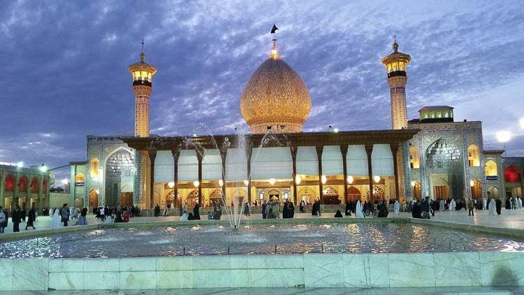 La mezquita de Atabak se halla en Shiraz y ha sido reconocida como la mezquita más grande de Irán. Extendiéndose sobre un área de 20 mil metros cuadrados, la mezquita fue establecida hace 800 años por Atabak Saad-ebn-e Zangi durante el reinado de Atabakan. Atabak construyó la mezquita sobre las ruinas de su casa, en otras palabras, destruyó su propia casa para construir una mezquita para agradecer a Dios por la salud otorgada a su hijo.