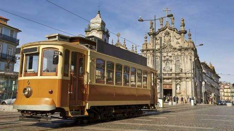 La ciudad de Oporto no tiene escasez de argumentos para atraer a los visitantes. Situado a orillas del Duero, Oporto es una ciudad colorida y animada con un rico pasado.