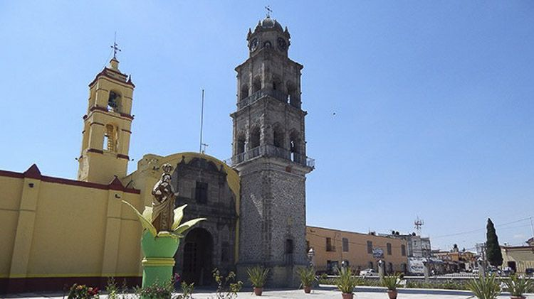 Vista de la monumental torre de piedra en este templo en Ixtenco, Tlaxcala