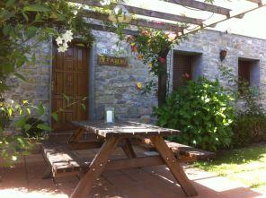 Exterior con mobiliario en El Fareru