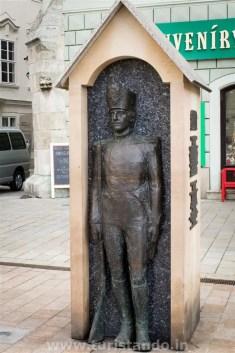 Bratislava 15gen2016 06 683x1024 As estátuas engraçadinhas de Bratislava na Eslováquia