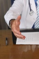 doctor 1228629 640 166x250 Vale a pena usar o convênio com INSS ao invés do seguro viagem internacional?