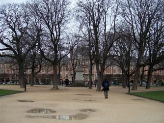 Paris 5fev08 place Vosges 10 334x250 36 atrações imperdíveis em Paris (Super guia com mapa)