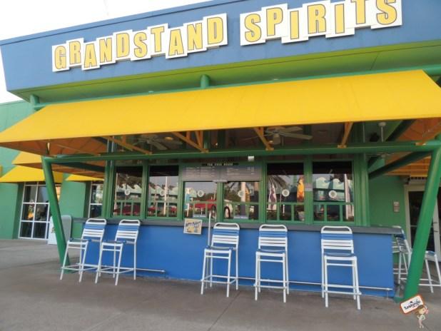 A piscina da área central oferece um bar