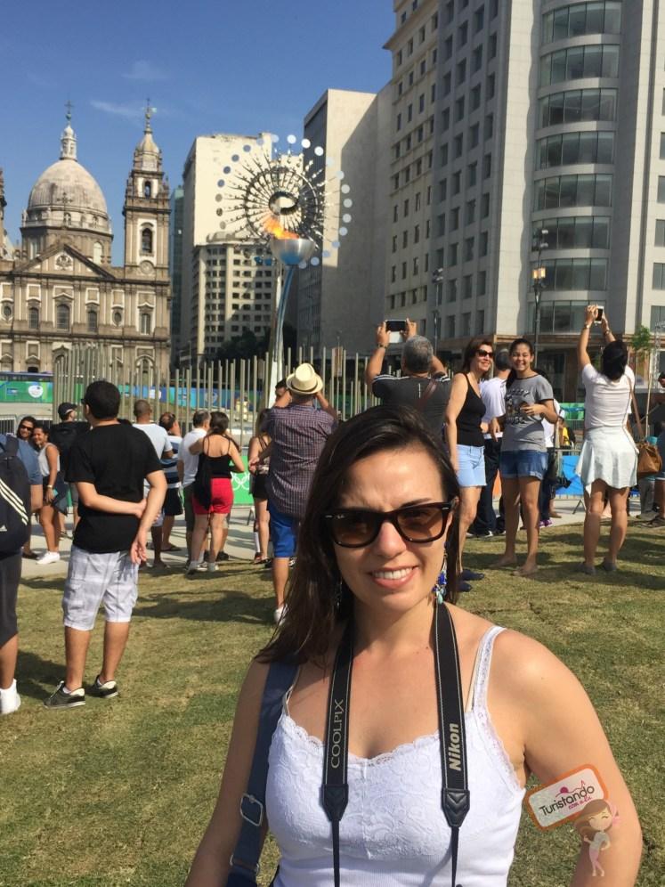 A pira olímpica em frente a igreja da Candelária e mais uma multidão de gente :)