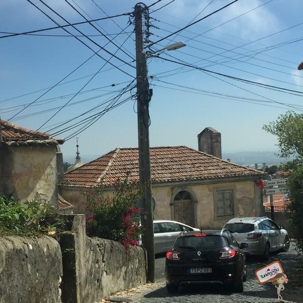 Vejam como as ruas de Sintra são estreitas