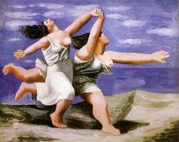 Dos mujeres corriendo en la playa