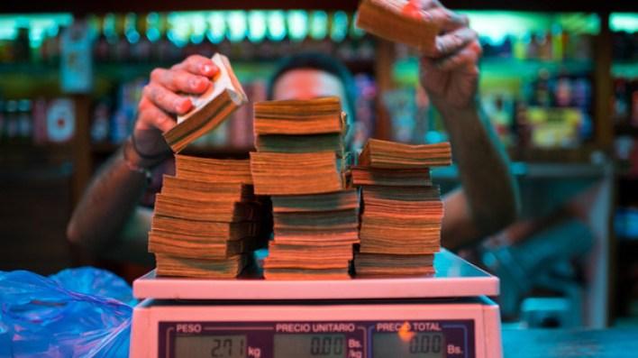 """فنزويلا.. عندما تتحول العملة لمجرد """"قصاصة من ورق"""""""