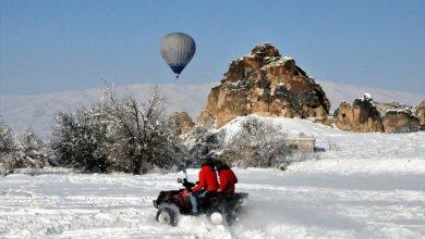 """Photo of الثلوج تزيد بهجة السياح وهم يحلّقون بسماء """"كابادوكيا"""" التركية"""