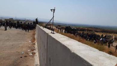 Photo of آلاف السوريين يقتحمون معبري أطمة و باب الهوى و توتر على الحدود التركية
