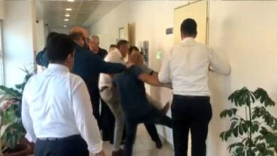 """Photo of بورصة.. مواطن تركي يحتجز """"نائبة رئيس بلدية"""" تحت تهديد السلاح (فيديو)"""