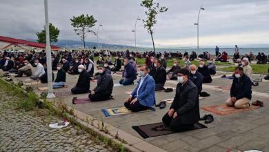 Photo of توزيع اللحوم على السوريين ابتهاجا بفتح المساجد أبوابها أمام المصلين في تركيا