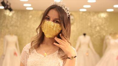 Photo of صيّاغ الذهب في تركيا يطرزون كمامات ذهبية للعرائس