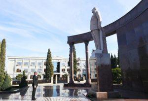 Dövlətimizin başçısı Şəmkir şəhərində ümummilli lider Heydər Əliyevin abidəsini ziyarət etdi