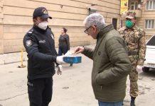 polislər sakinlərə tibbi maskalar payladı