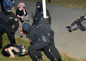Belarusda keçirilən prezident seçkilərinin nəticələrinə etiraz edən