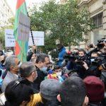 Etirazçılar Fransa səfirliyi qarşısında bəyanat səsləndirib
