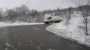 Ağsu aşırımında yol buz bağladı