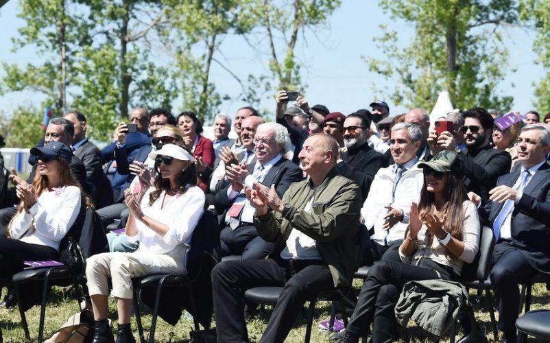 """İlham Əliyev və Mehriban Əliyeva Şuşada """"Xarıbülbül"""" festivalının açılışında iştirak ediblər"""
