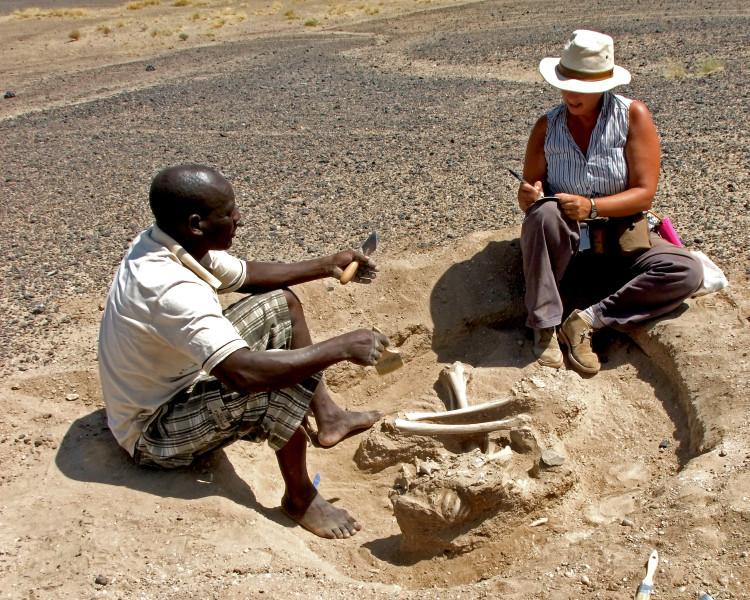 Dr. Marta Mirazón Lahr (right) and Justus Edung excavate the Nataruk site.