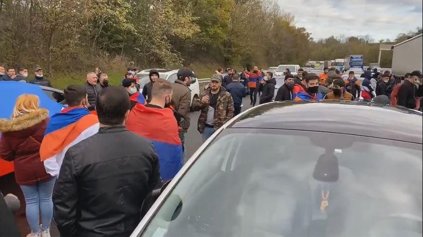 اشتباكات بين الأتراك والأرمن في فرنسا