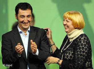 Partinin eşbaşkanları Claudia Roth (sağda) ve Cem Özdemir