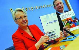 OECD tarafından açıklanan 2009 PISA eğitim araştırmaları sonuçlarını Federal Eğitim Bakanı Annette Schavan ile OECD Berlin Müdürü Heino von Meyer Pisa Federal Basın Evin'de düzenlenen basın toplantısında açıkladılar.