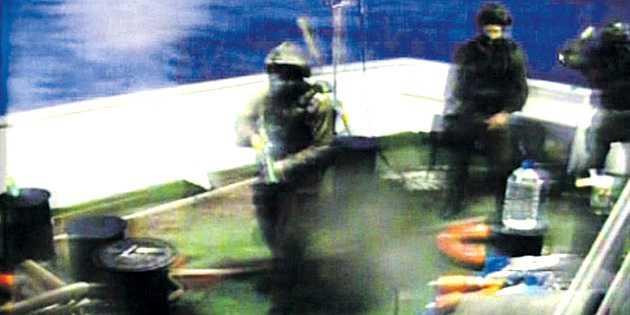 İsrail, yardım gemilerini vurdu: İkisi ağır en az 30 yaralı
