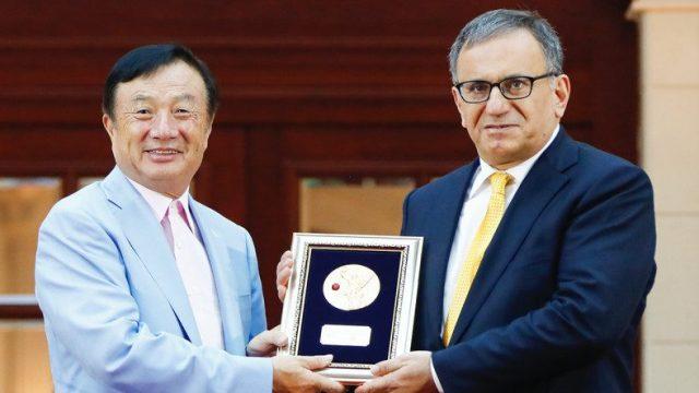 Erdal Arıkan Huawei kurucusu Ren Zhengfei tarafından ödülünü alırken