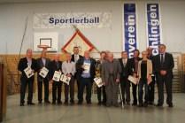 Vorstände Jürgen Krieg (5. v. l.) Matthias Hopfenzitz (1. v. r.) und Birgit Hirt (3. v. r.) mit den geehrten Vereinsmitgliedern für 50-, 60- und 70-jährige Mitgliedschaft