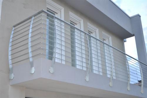Le porte scorrevoli in vetro sono un elemento d'arredo elegante e versatile; Ringhiere In Acciaio Inox E Vetro Per Scale Balconi E Terrazze Turra Armando Lavorazione E Commercio Inox Ferro Alluminio