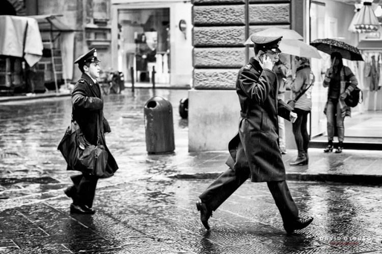 militari, pioggia, firenze, street photography