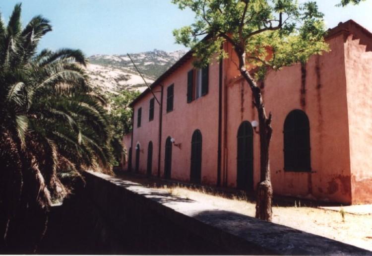 Sull'isola di Montecristo si trova la ex villa reale appartenuta ai Savoia, vicino all'incantata Cala Maestra