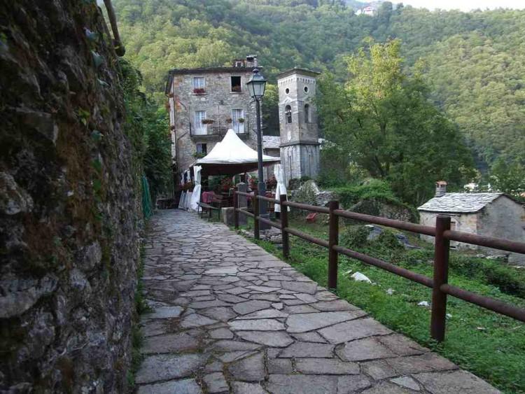 L'Antico Borgo Isola Santa è un bellissimo B&B in Garfagnana (LU), Toscana,costruito in un borgo medievale su un lago