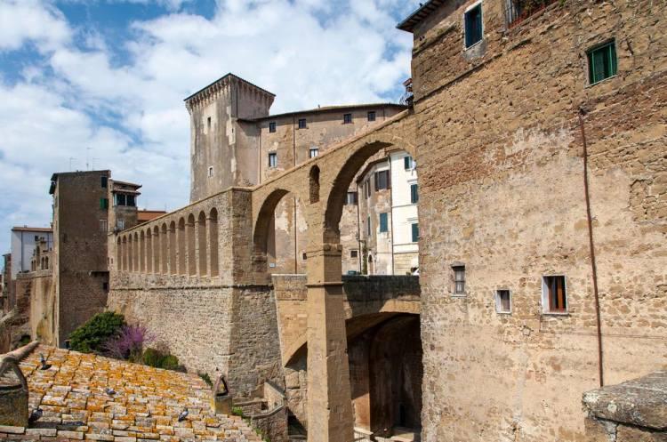 Mura di Pitigliano, borgo del tufo in Toscana
