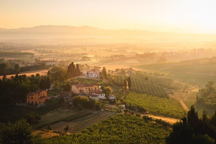 La valle vicino al borgo di San Miniato in provincia di Pisa al tramonto