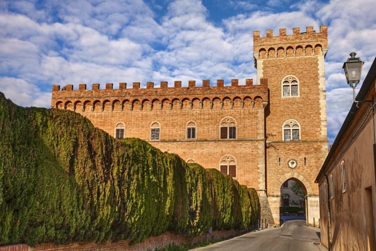 Il borgo di Castagneto Carducci in Val di Cornia e la vicina località di mare Marina di Castagneto Carducci sono una meta ideale per una vacanza in Toscana